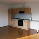 Wohnung 4 - Wohn-/Esszimmer mit Blick auf Küchenzeile